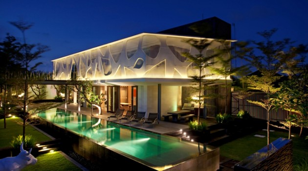 Spectacular Tropical Villa with Floor-to-Ceiling Glass Windows