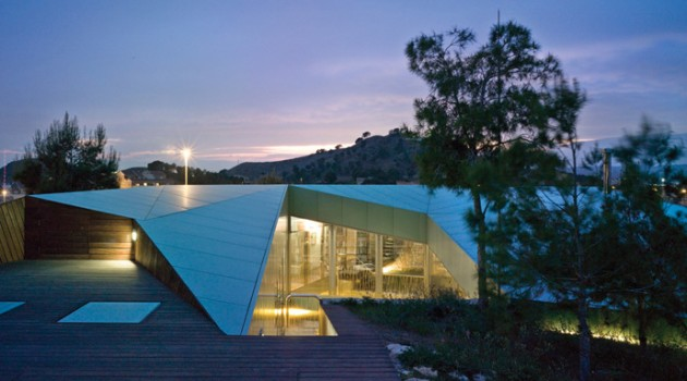 House Among Pines – An Unitary Space that Uses Forest as its Garden