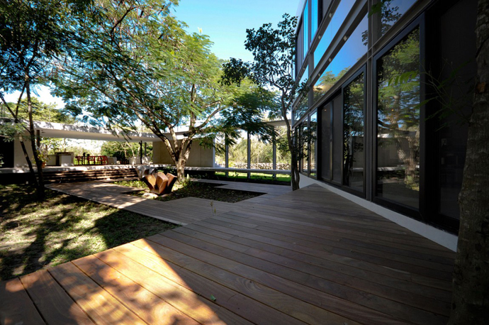 Contemporary House Among Trees by Muñoz Arquitectos Asociados