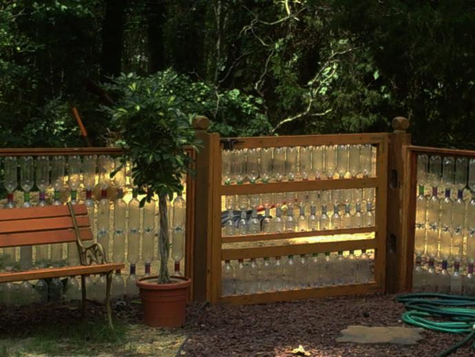 Заборы для дачи своими руками из подручных материалов