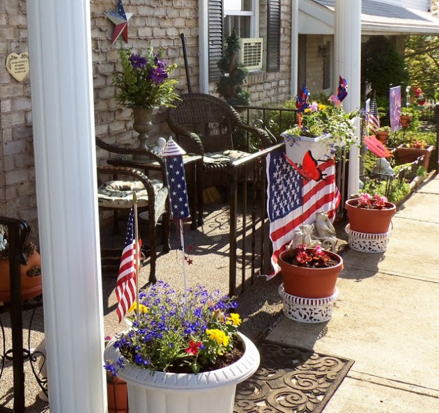 debbie-dabble.blogspot._com_2013_05_patriotic-front-porch-and-front-yard._html