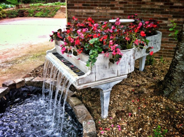designheroes._us_2013_02_01_old-piano-turned-into-outdoor-fountain_