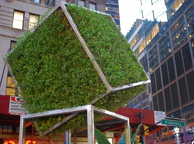 nyclovesnyc.blogspot._com_2012_08_broadway-green-sculpture-with-nature-by._html
