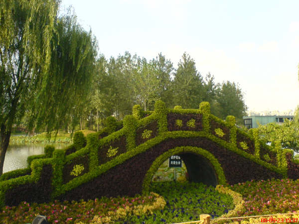 thechive._com_2011_10_07_when-im-old-and-crazy-im-going-to-have-topiary-art-everywhere-34-photos_