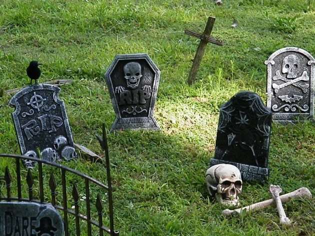 18 Absolutely Frightening Outdoor Halloween Decorations