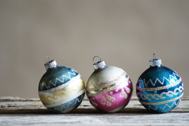 20 charming vintage christmas decorations for What to do with old christmas ornaments