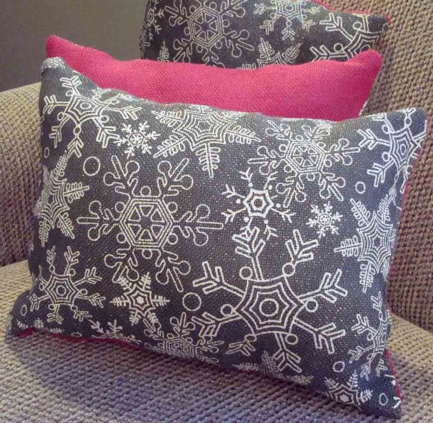 16 Charming Christmas Decoration Ideas with Pillows