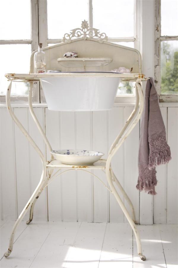 25 amazing vintage sink designs. Black Bedroom Furniture Sets. Home Design Ideas