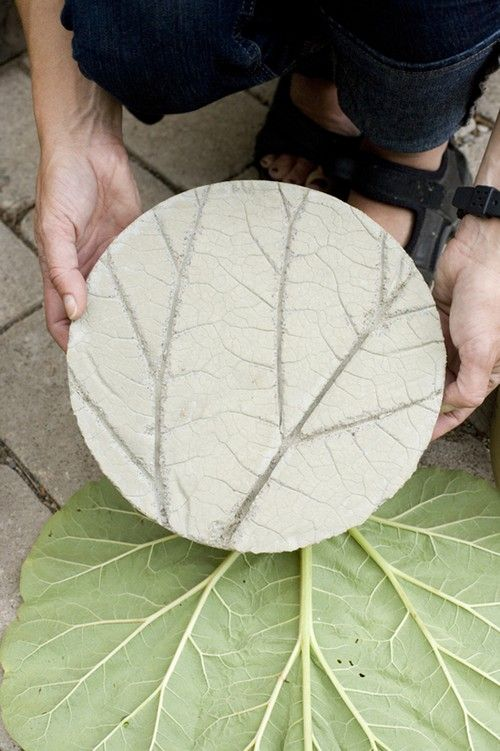 25 amazing diy stepping stone ideas for your garden for Diy garden stepping stones