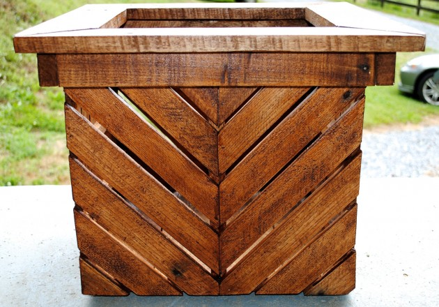 20 easy reclaimed wood diy garden projects for Easy diy woodworking projects