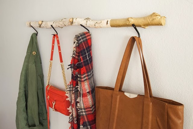 22 most unique diy coat rack design ideas - Comment fabriquer un porte manteau mural ...
