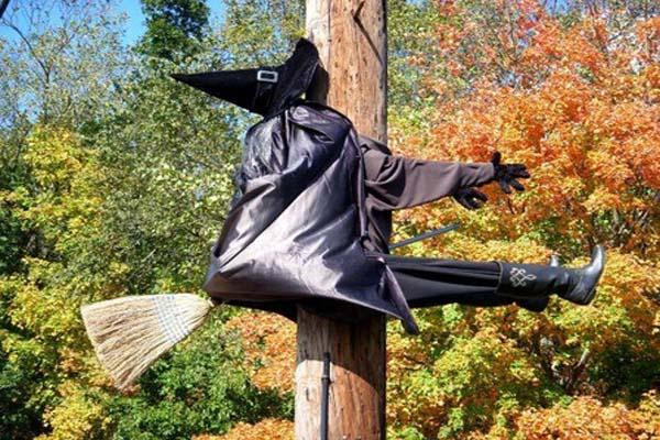 12 Last Minute & Super Scary DIY Outdoor Halloween Decorations