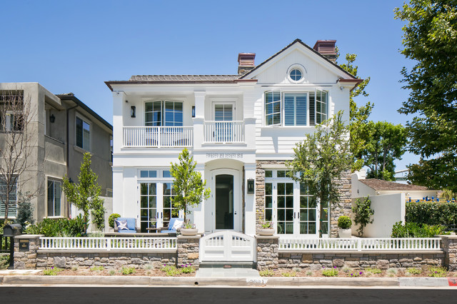 17 classic traditional home exterior designs you 39 ll adore for Classic house exterior design