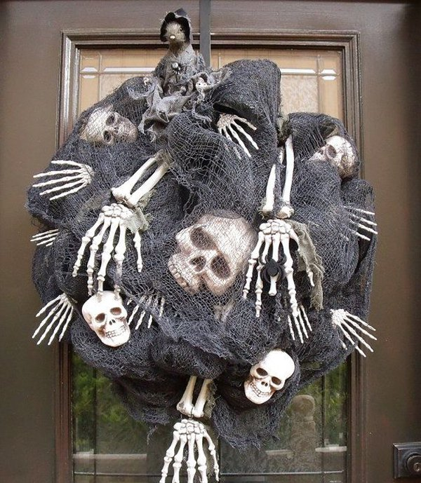 15 Really Spooky Halloween Wreath Designs To Adorn Your