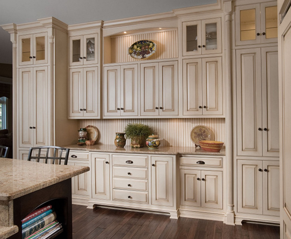 15 White Antique Kitchen Designs That Abound With Warmth & Charm
