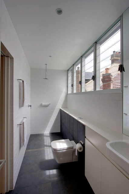 19 narrow bathroom designs that everyone need to see for Narrow bathroom designs