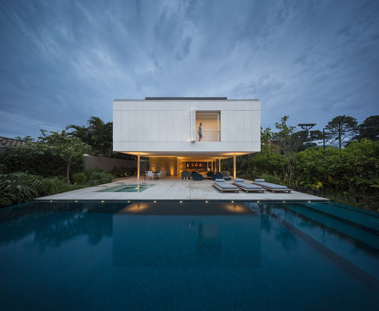 The fabulous white house by studio mk27 in brazil for Architecture design of white house