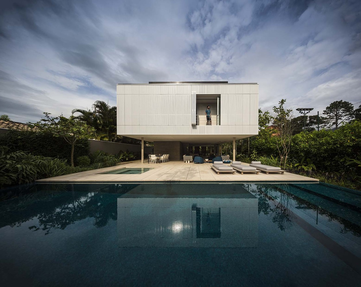 The fabulous white house by studio mk27 in brazil for Design in casa