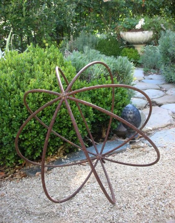 19 creative diy rusted metal projects to beautify your yard for Wire yard art