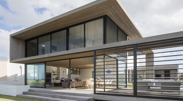 Tuatua House in New Zealand by Julian Guthrie