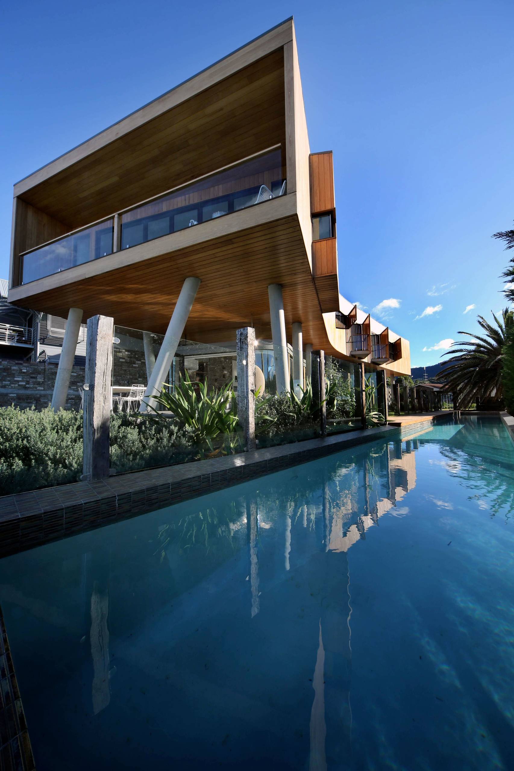 18 dazzling modern swimming pool designs the ultimate for Modern house with swimming pool