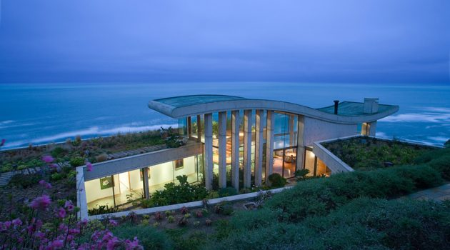 A Beachfront House by Raimundo Anguita in Chile