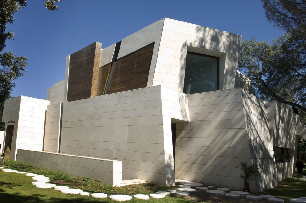 The contemporary house in madrid by a cero architects for Contemporary roofing materials