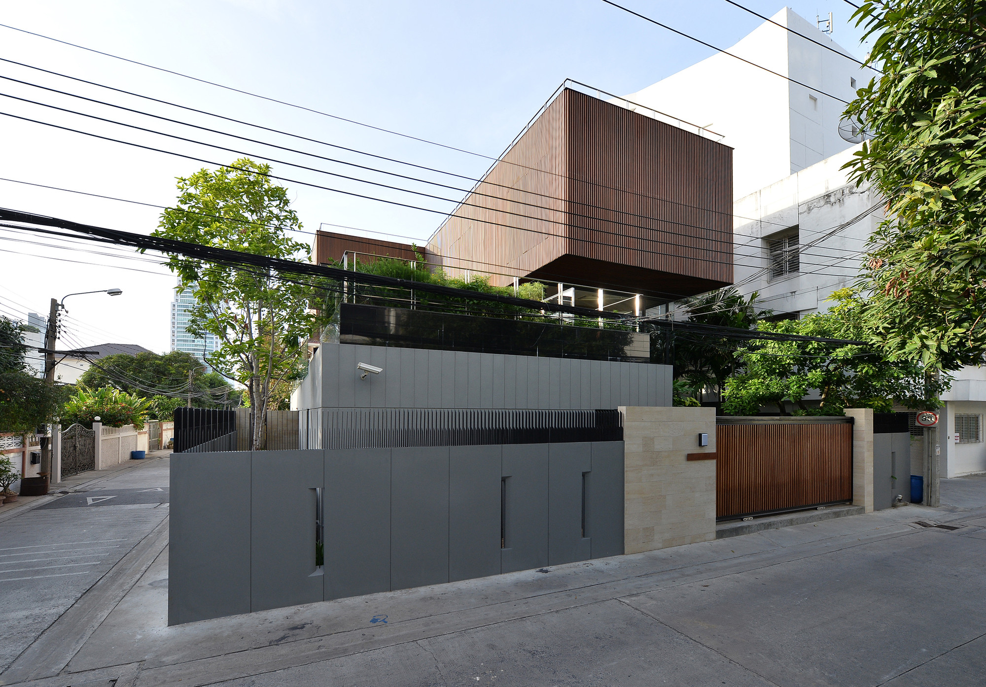 the eye catching joly house by stu d o architects in thailand. Black Bedroom Furniture Sets. Home Design Ideas