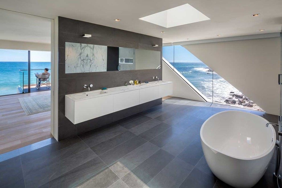 The wave house by architect mark dziewulski in malibu for Salle de bain de reve