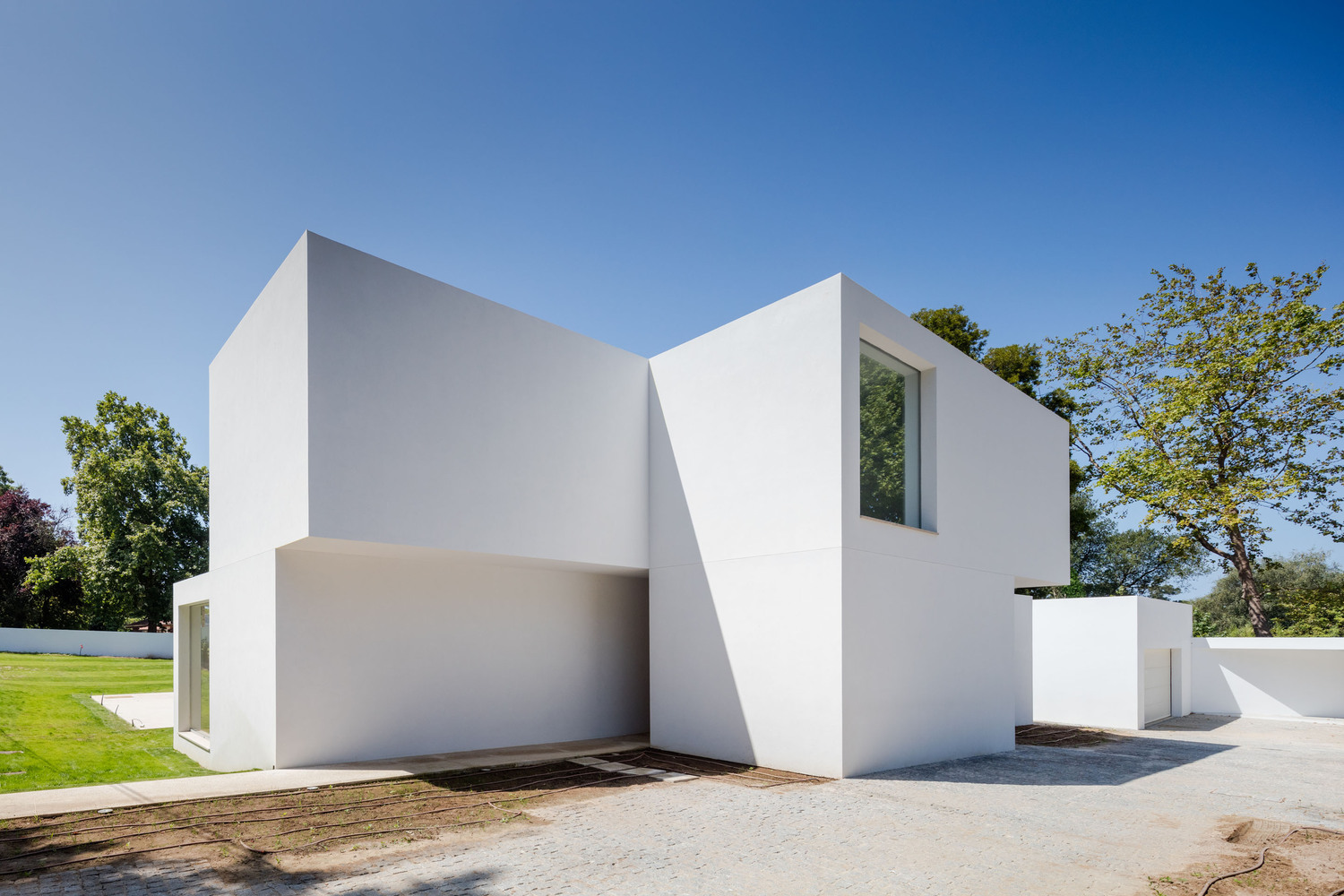 a stack of blocks the house mr by 236 arquitectos in portugal. Black Bedroom Furniture Sets. Home Design Ideas
