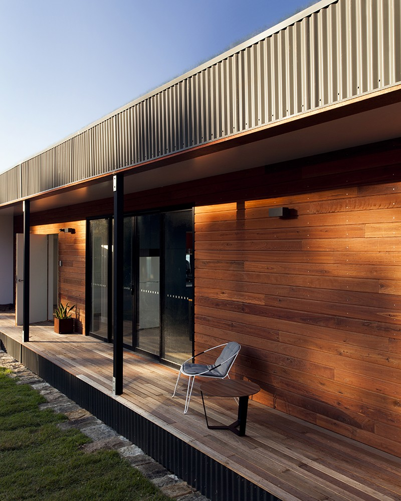 Modern House With Zen Garden And Green Roof: A Modern Prefab Beach House With Green Roof By