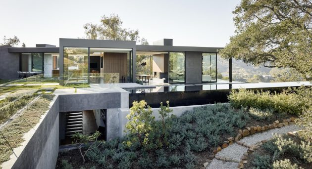 Oak Pass House by Walker Workshop in Beverly Hills, California