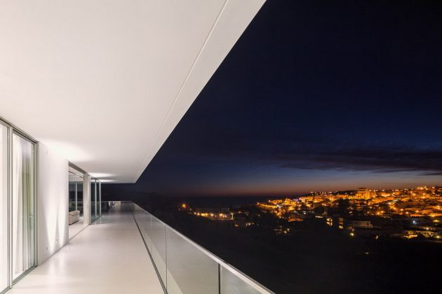 Villa Escarpa by Mario Martins in Luz, Portugal