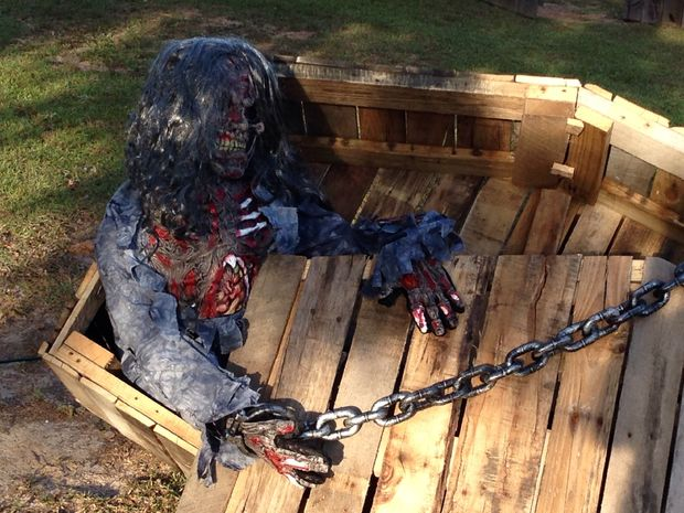 19 Super Easy DIY Outdoor Halloween Decorations That Look So Creepy & Spooky