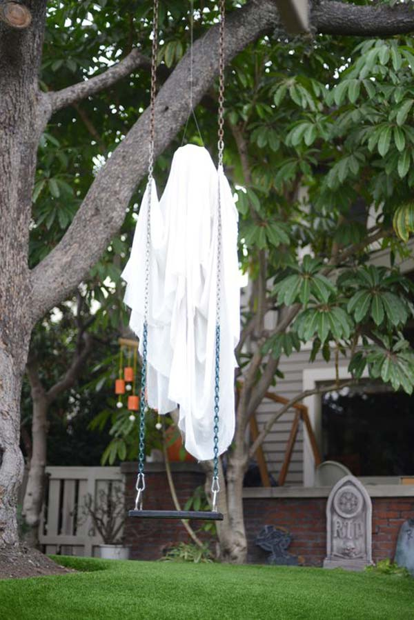 19 super easy diy outdoor halloween decorations that look so creepy spooky - Spooky Halloween Decor