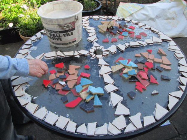 15 artistic diy projects that you can make with broken tiles broken ceramic tile table top 15 artistic diy projects solutioingenieria Gallery
