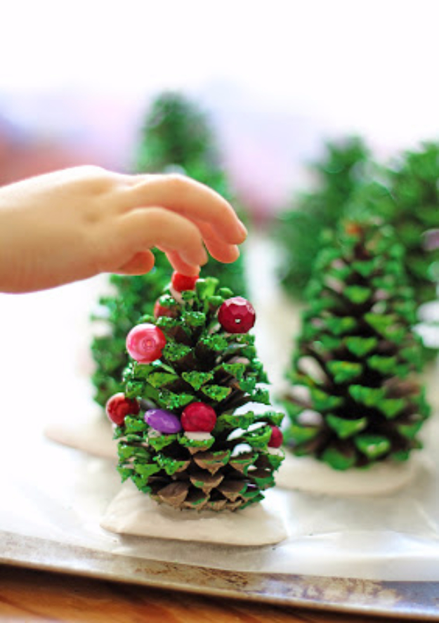 17 Cute DIY Ideas For An Alternative Christmas Tree Decoration