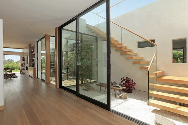 15 Outstanding Mid-Century Modern Staircase Designs