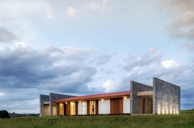 ER House by Estúdio MRGB in Padre Bernardo, Brasil