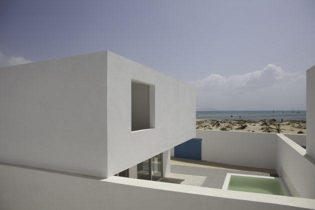 House in Estoril Beach by José Adrião Arquitectos in Praia do Estoril, Cape Verde