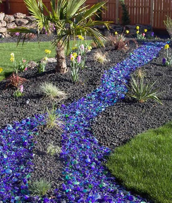 15 extraordinary ideas for landscaping the garden with for Colored landscaping rocks