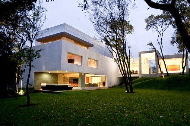 Cañada House by GrupoMM in Santa Cruz Atizapan, Mexico