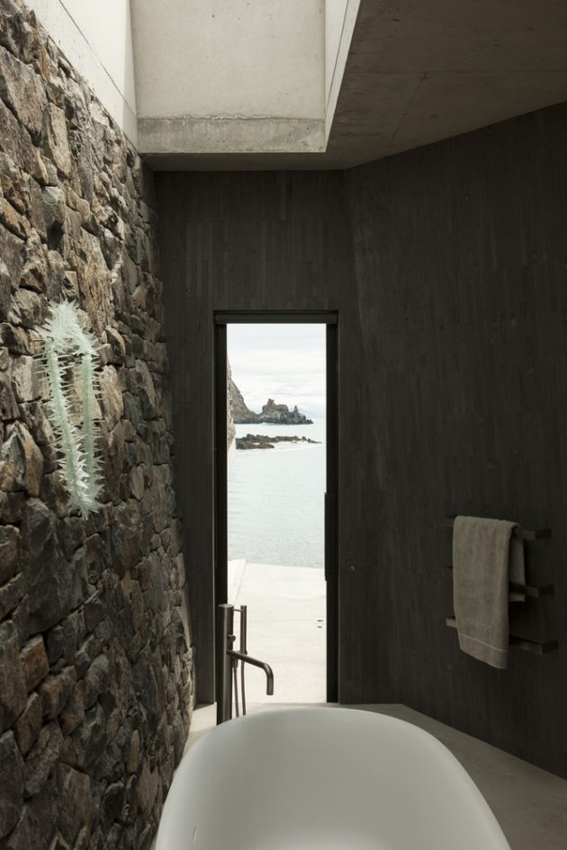 Seascape Retreat by Pattersons Associates On A New Zealand Beachside