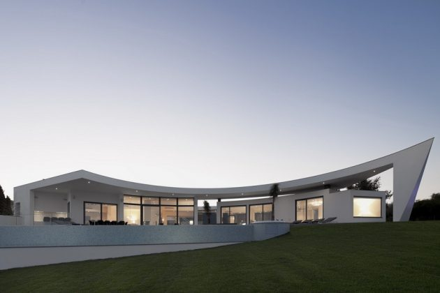 Colunata House by Mario Martins in Lagos, Portugal