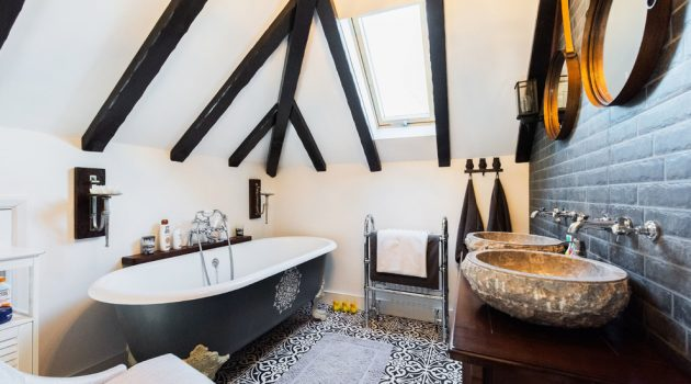 17 Wonderful Farmhouse Bathroom Designs You'll Adore
