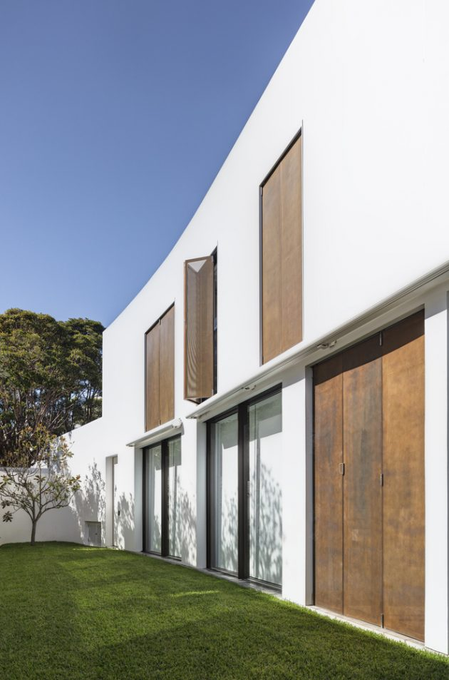 Crescent House by Matthew Woodward Architecture in Vaucluse, Australia