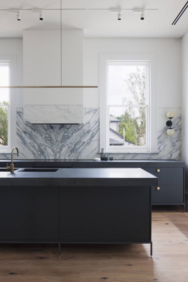 10 Solid and Dramatic Marble Kitchen Backsplashes