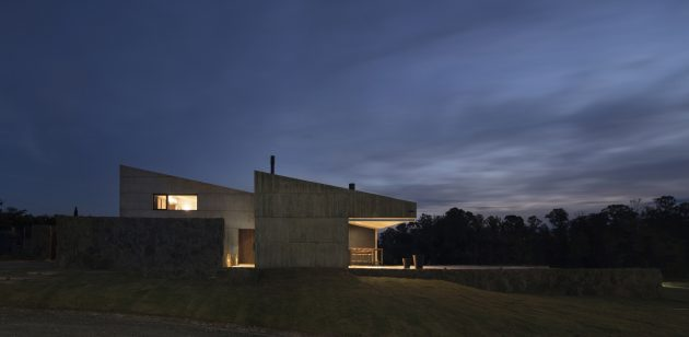 MM House by Alarciaferrer Architects near Cordoba, Argentina