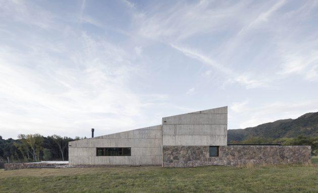 MM House by Alarciaferrer Architects near Cordoba, Argentina