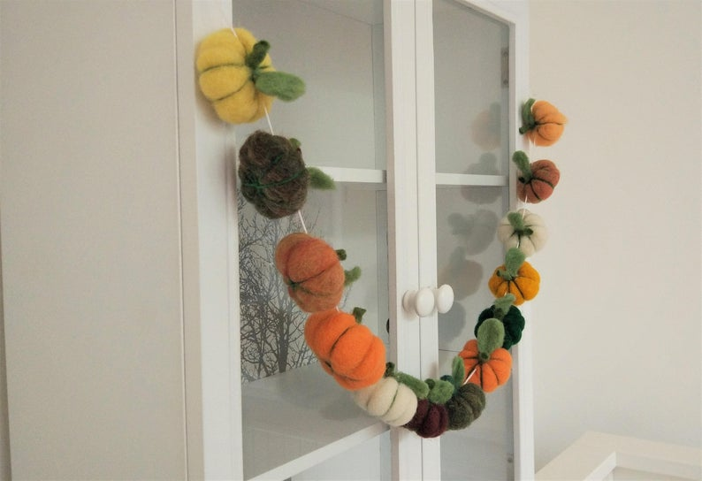 16 Charming Handmade Thanksgiving Garland Designs For The Dining Room